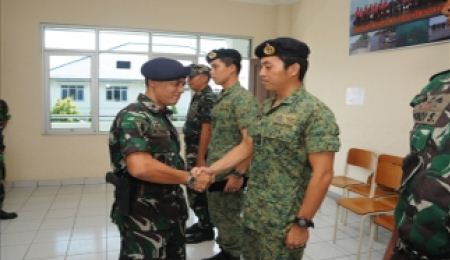 Dua prajurit Angkatan Laut Singapura Lulus Pelatihan Kobangdikal