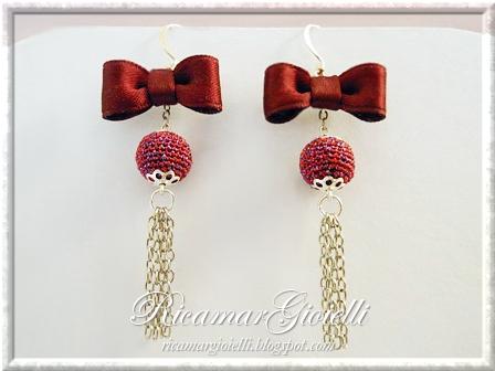 Orecchini con fiocchi di raso e perle rivestite al crochet