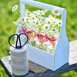 бутылочки в деревянной корзинке