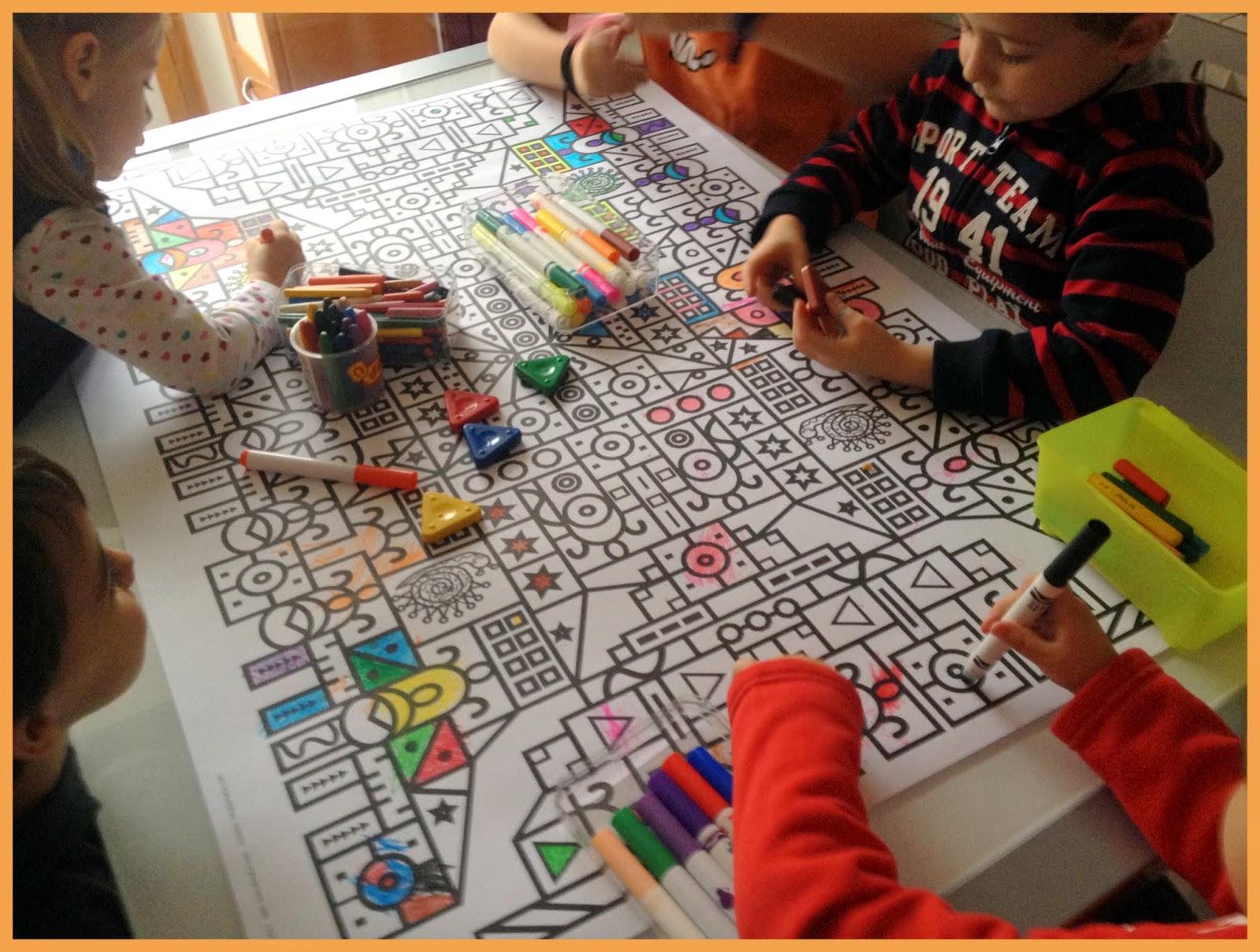 Niños en plena actividad de colorear una lámina Pintafun