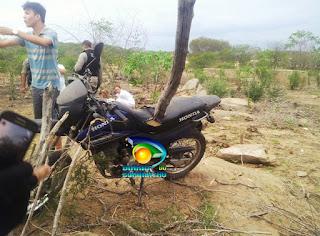 Acidente próximo a Pedra Lavrada deixa moto encravada em estaca