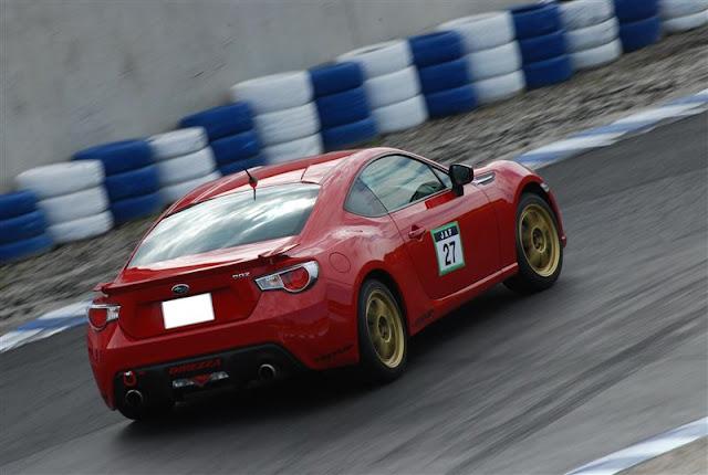 Subaru BRZ, nowy sportowy samochód, boxer, napęd na tył, tor wyścigowy, do sportu, zdjęcia, tył, złote felgi
