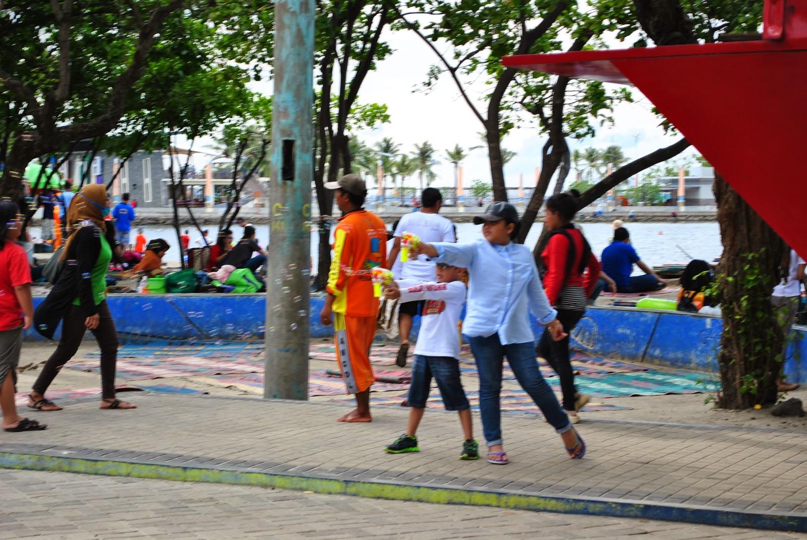 bokep anak kecil @@@ Tidah hanya anak-anak kecil yang bermain air di tepih pantai Ancol ini,  banyak muda-mudi yang juga bersenang riang gembira bermain ataupun sekedar  ...