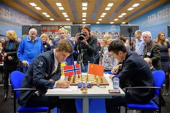 Ronde 12 : Le champion du monde d'échecs Magnus Carlsen a annulé avec les Noirs contre le Chinois Ding Liren - Photo © Alina L'Ami