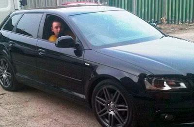Posando com carro roubado no Facebook
