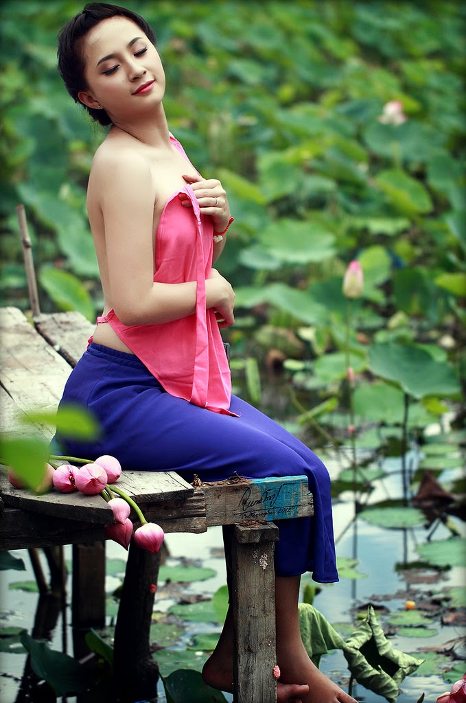 Vietnam girls and lotus flowers