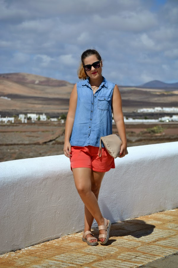 look_outfit_camisa_vaquera_sandalias_glitter_cuñas_short_coral_01