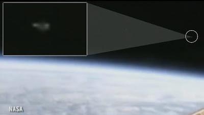 بالفيديو: بث مباشر من محطة الفضاء الدولية لثلاثة اجسام غريبة تغادر الأرض وناسا تقطع البث فجأة