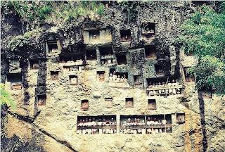 http://www.flickr.com/photos/23817875@N04  tempat peristirahatan bagi jenazah letak nya didinding bukit.