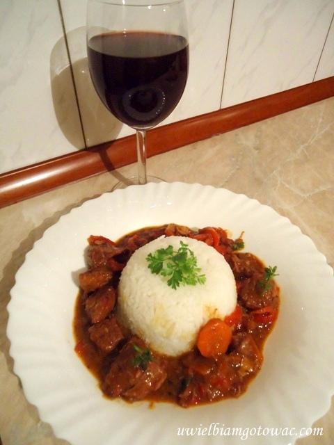 Pikantna wołowina w winie (Gulasz wołowy)