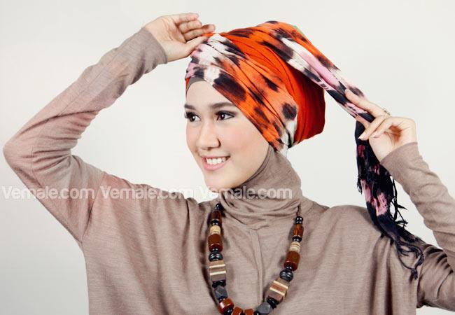Cara Menggunakan Hijab Dengan Gaya Turban Etnik Yang Unik Dengan Pashmina Tie Dye