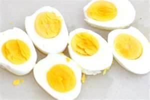 huevos duros para la ensalada de tomate