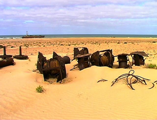 desguace de barcos en el Sahara