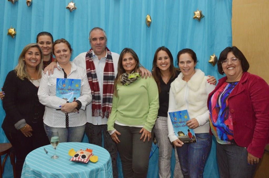 Hudson Fernandes comemora o lançamento do livro com professoras da Rede Municipal de Ensino