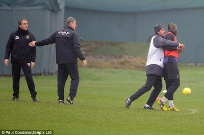 Roberto Mancini e Mario Balotelli andam à porrada no treino