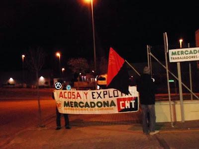 """Noticias sobre aranjuez,Sindicatos Aranjuez,SINDICAL MADRID, Sindicato En Aranjuez,http://www.facebook.com/pages/Anarquistas/378066755607147 , Ciempozuelos: acciones contra los despidos y la represión en los almacenes de Mercadona y Acortal  La CNT-AIT de Aranjuez ha vuelto a los almacenes de Mercadona, empresa que despidió a una compañera de este sindicato acusándola de mentiras, algo a lo que Mercadona nos tiene muy acostumbrados. Por si fuera poco, esta empresa, a despedido a otro compañero de este sindicato de una empresa de su grupo llamada ACOTRAL, que se dedica a la distribución de sus productos por carretera en camiones. Otro despido represivo pues el compañero protestó un lunes y le despidieron al día siguiente.  La concentración/piquete transcurrió sin problemas, con amenazas de los vigilantes y coordinadores de llamar a la policía. La gente respondió mucho mejor que la vez primera, síntoma de que se pierde el miedo y es que a pesar de que una vez más, los coordinadores de la planta así como el jefe de estos se pusieron en la puerta para intimidar con su presencia a quienes se paraban a informarse del conflicto, la gente no solo paraba sino que además mostraban su apoyo a quienes fueron sus compañeros y hoy están despedidos, sabiendo que con este tipo de empresas mañana pueden ser ellos.  En la parte de ACOTRAL se formó un """"pequeño"""" atasco debido a que los compañeros camioneros paraban a recoger papeles informando de la suerte de su compañero.  Tiene que quedarle claro a MERCADONA que estos despidos, como tantos otros, no van a quedar impunes y que no solo se realizarán acciones en el centro de trabajo de los compañeros despedidos, que el conflicto se entenderá allá donde tenga presencia e intereses.  CNT-AIT, Aranjuez"""