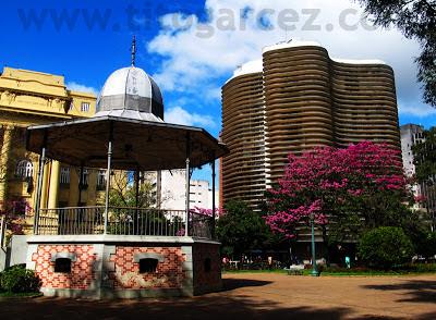 Coreto e o edifício modernista Niemeyer, na Praça da Liberdade, em Belo Horizonte - Minas Gerais