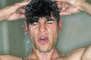 Especialista revela que tomar banho demais pode causar doenças