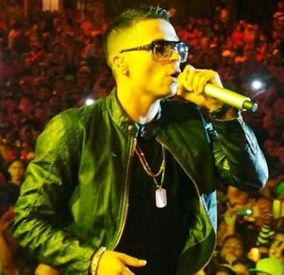 Reykon cantando en concierto