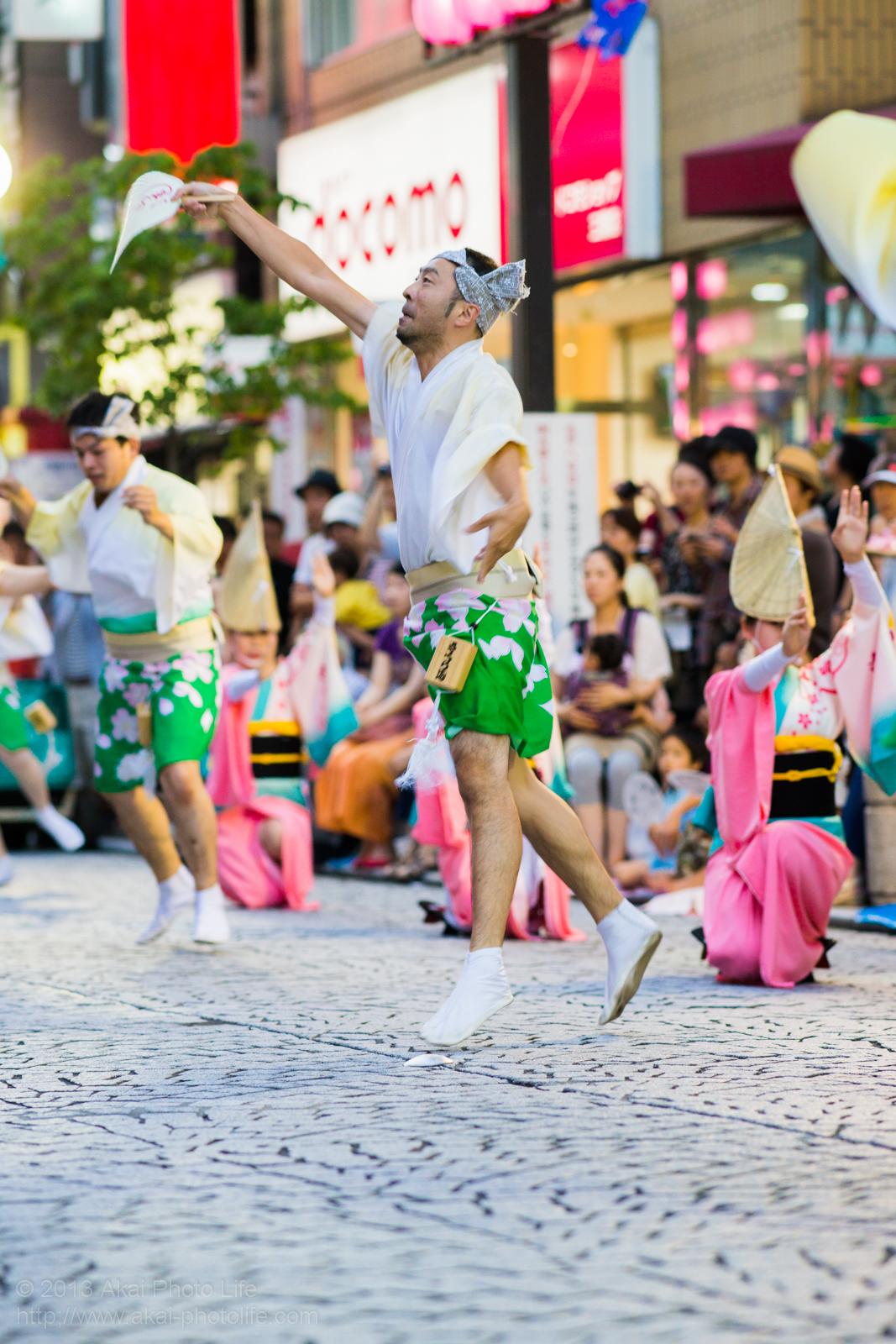 三鷹阿波踊り、小金井さくら連の躍動感あふれる男踊り