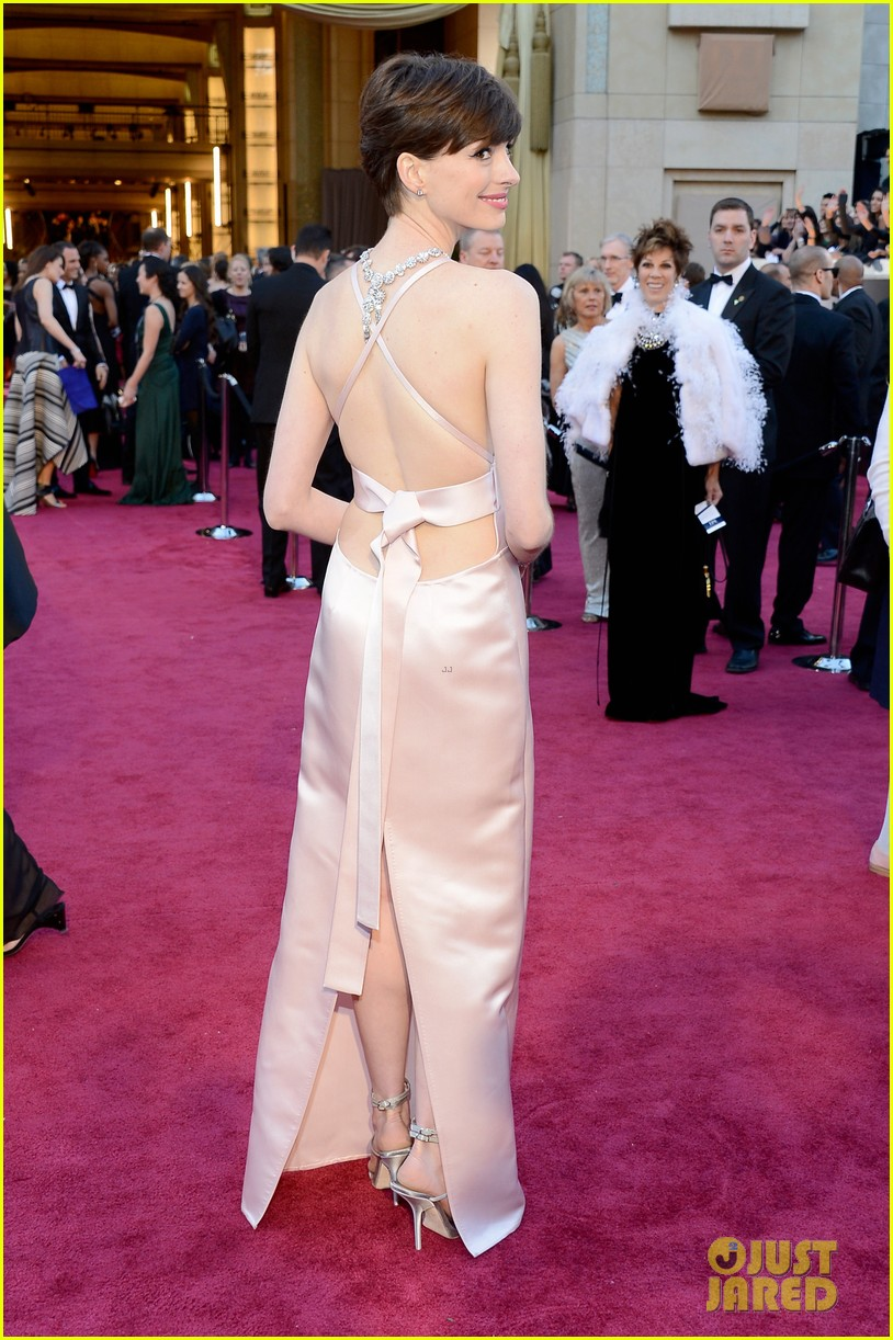 oscar2013+anne-hathaway-wins-best-supporting-actress-oscar-2013-03.jpg