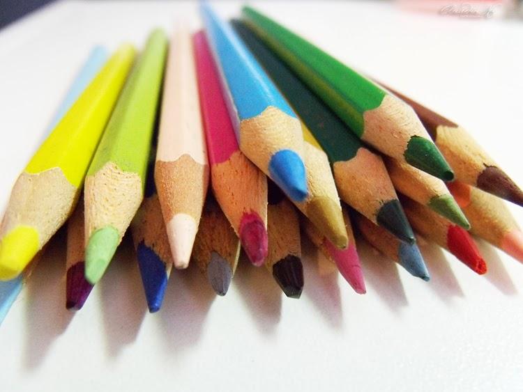 lápis de cor sobre a mesa