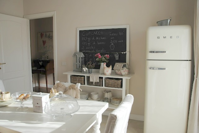 La gallinella bianca my country kitchen - Cucina con frigo smeg ...