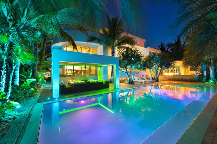 Swimming pool in Modern mansion in Miami at night