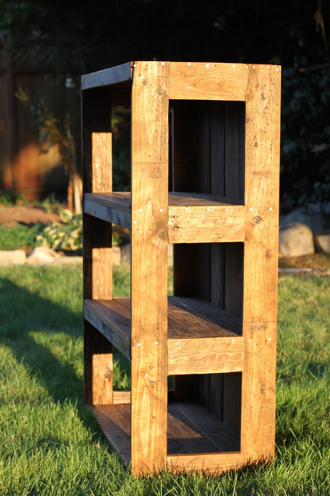 Made With Love That Can Be Felt DIY Pallet Bookshelf