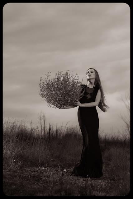 Fotografia modowa. Portret. Dziewczyna w czarnej sukni. Projekt: G-style. fot. Łukasz Cyrus