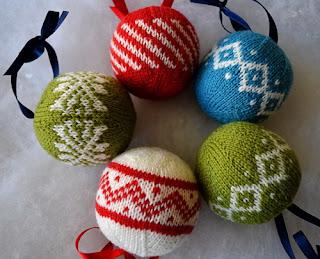 Новогодние вязаные разноцветные шары
