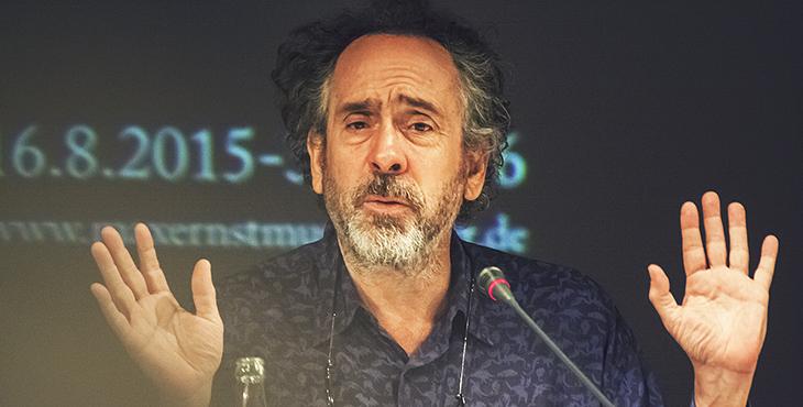 """Gestikuliert gerne und viel - Tim Burton auf der Pressekonferenz zur Eröffnung von """"The World of Tim Burton"""" im Max-Ernst-Museum zu Brühl. Foto © fieberherz.de"""