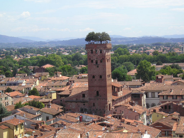 Torre Guinigi: La torre con árboles de roble en el techo