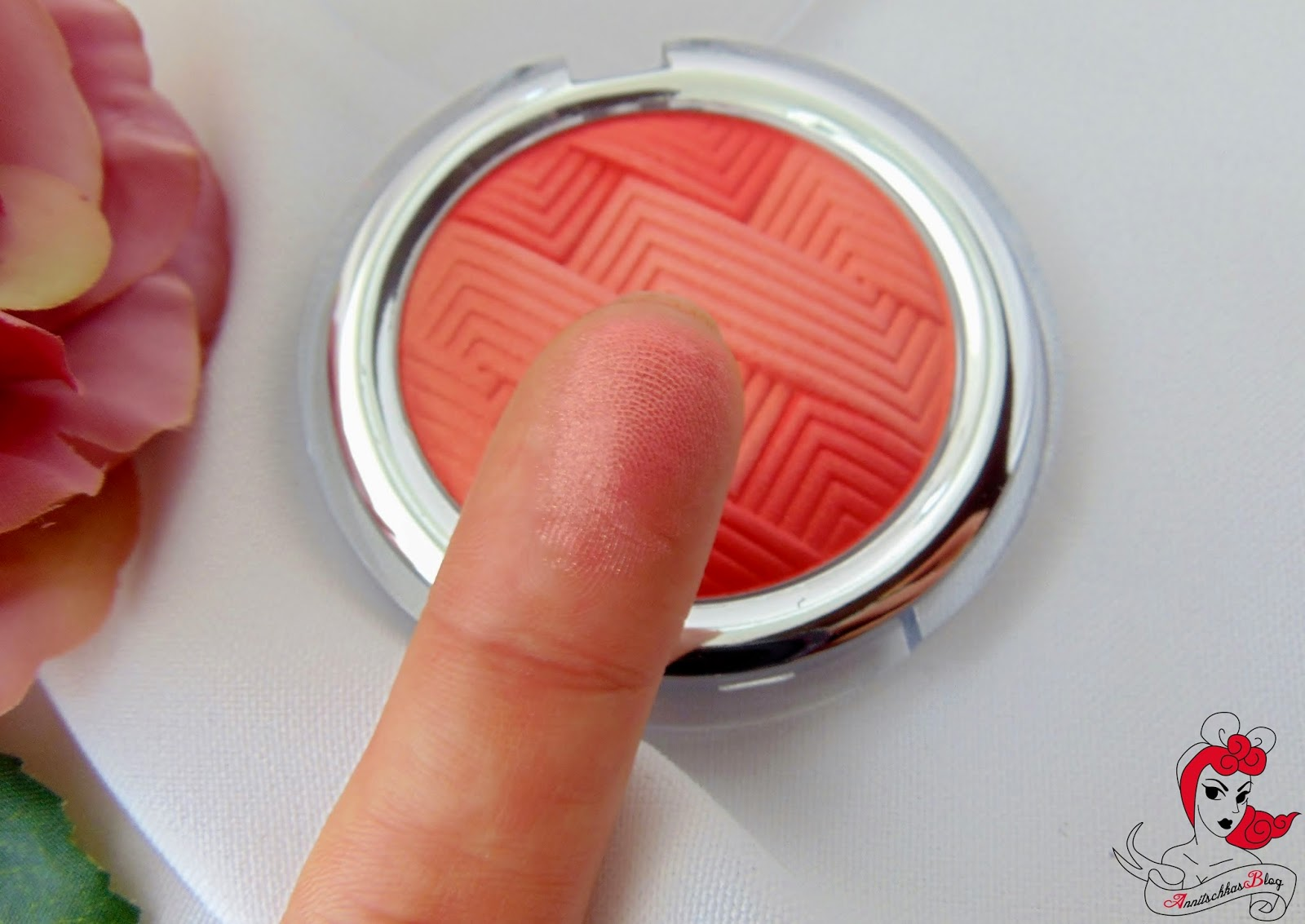 Catrice - Illuminating Blush - Coral me maybe Swatch- www.annitschkasblog.de