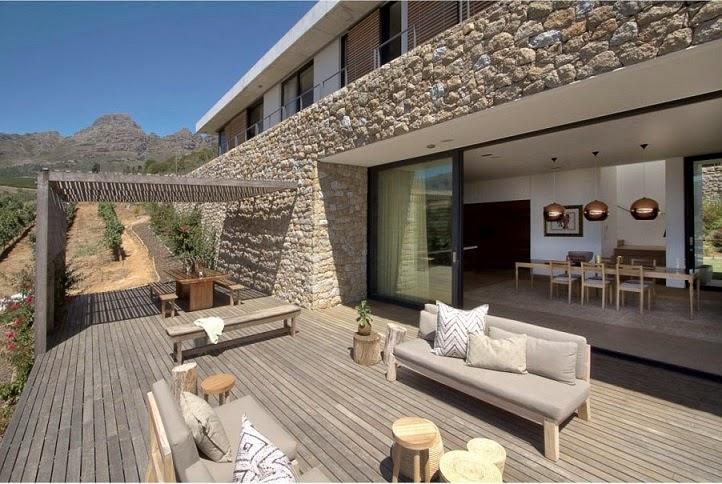 Casa hillside fachada de piedra y madera gass - Construccion casa de piedra ...