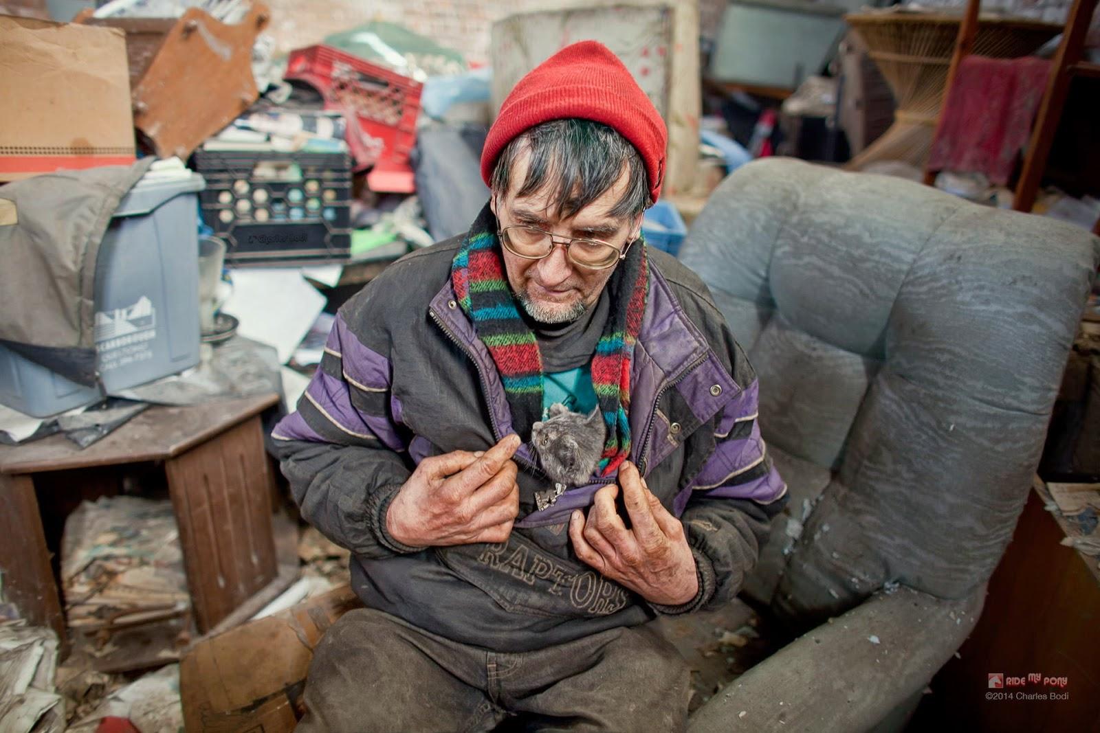 photo de charles bodi representant un vieil homme et un chat