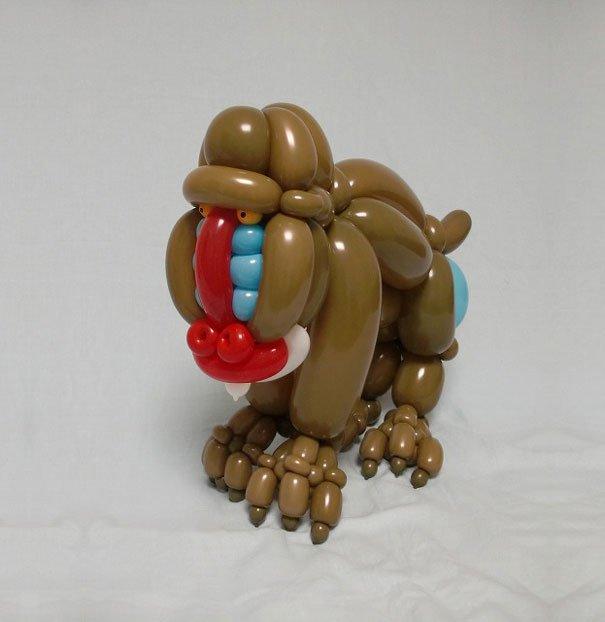 فنان يحوِّل البالونات حيوانات بكامل