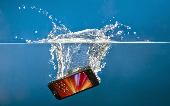 Να πώς θα σώσεις ένα βρεγμένο smartphone...