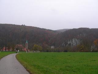 Links das Kloster Weltenburg, rechts die Westecke des ehemaligen Oppidums Alkimoennis auf der gegenüberliegenden Donauseite