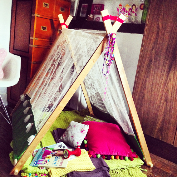 DIY Indoor/ outdoor A-frame play tent. & Queen Kwak: DIY: Indoor/ outdoor A-frame play tent.