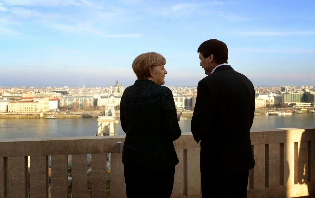 Angela Merkelt, demokrácia, Magyarország, Merkel Budapesten, Orbán Viktor, Orbán-kézcsók, protokoll, Áder János