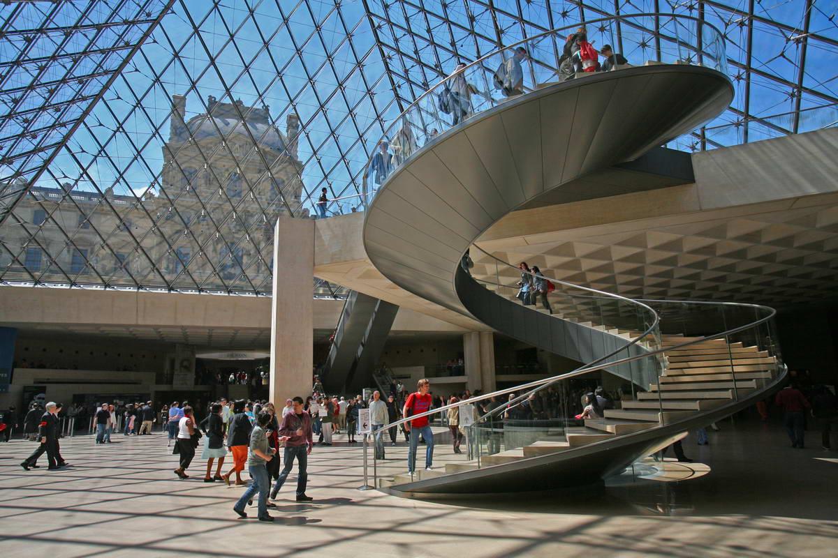 Louvre museum most famous places for Interieur pyramide