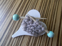 Broche med små strikkepinde / Brooch with Small Knitting Needles