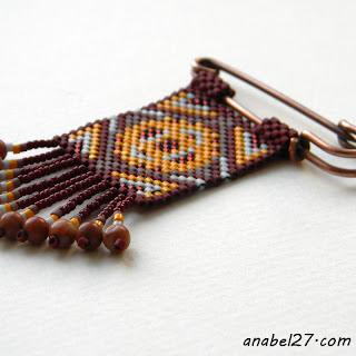 Брошь с орнаментом из бисера плетеная