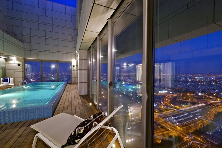 Glass wall in the rooftop terrace