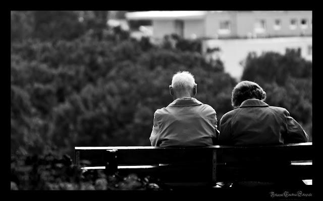 Ein älteres Ehepaar auf einer Parkbank