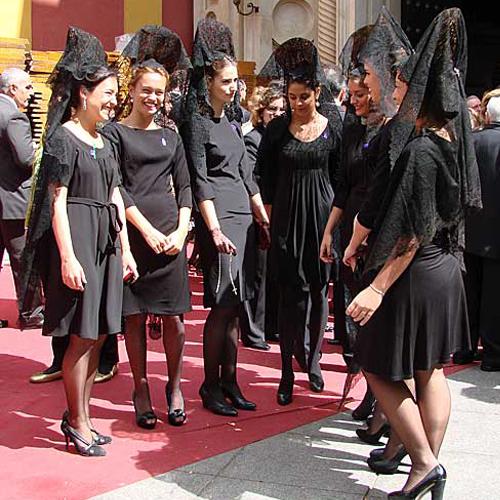 Vestido negro para mantilla