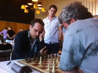 Echecs à Dieppe : le grand-maître international d'échecs Jean-Luc Chabanon (2470) face à Andrei Istratescu (2647) avec les Noirs © Chess & Strategy
