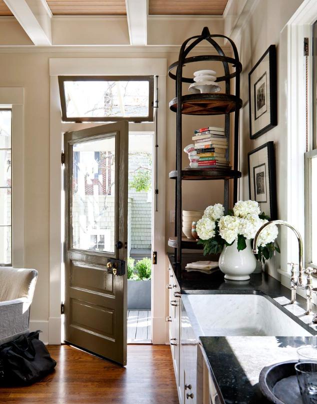 BOISERIE & C.: Cucina a vista sul soggiorno