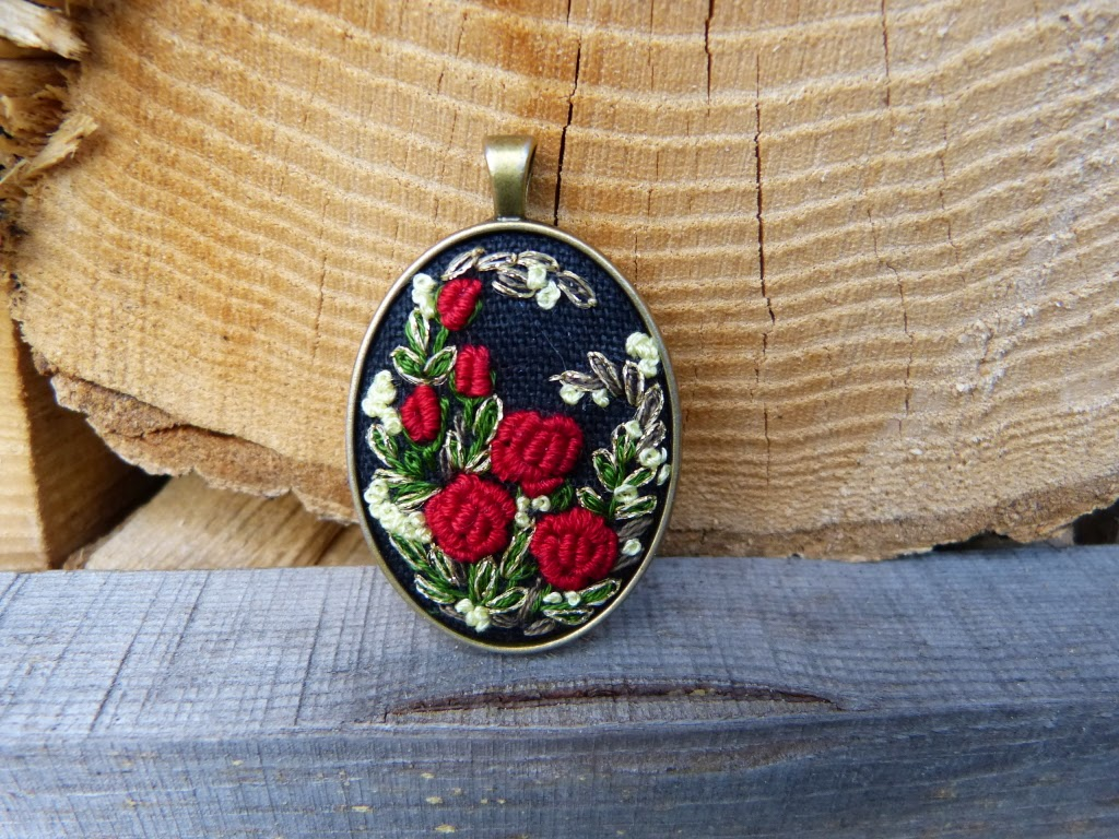 haft rococo, embroidered pendant, haftowane róże, haftowany naszyjnik, naszyjnik z haftem, embroidered jewerly, naszyjnik vintage, medalion z haftem, handmade jewerly, embroidered necklace, vintage jewerly, biżuteria retro